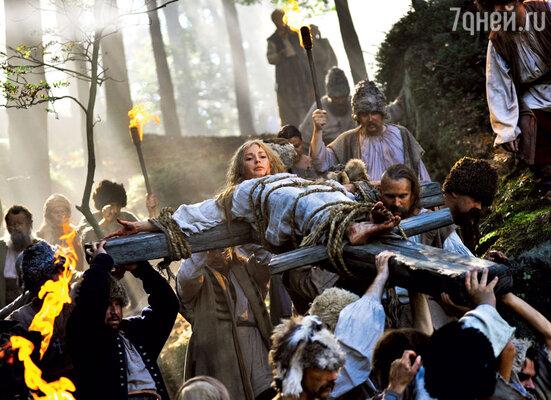 Чтобы избавиться от проклятия, жители хутора привязывают панночку (Агния Дитковските) к кресту и несут ее на публичную казнь