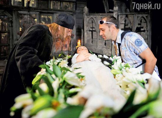 Актриса Ольга Зайцева не только не боялась лежать в гробу, но даже обедала и засыпала в нем, пока режиссер выстраивал сцену. С Андреем Смоляковым и продюсером Вячеславом Чернявским
