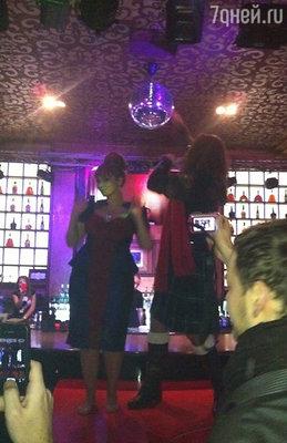 Кульминацией вечера стали танцы на рояле именинницы и припозднившегося эпатажного Никиты Джигурды
