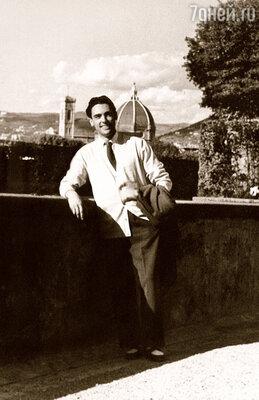 В Пезаро, где семья Дель Монако жила после возвращения из Ливии, Марио окончил художественный лицей и консерваторию