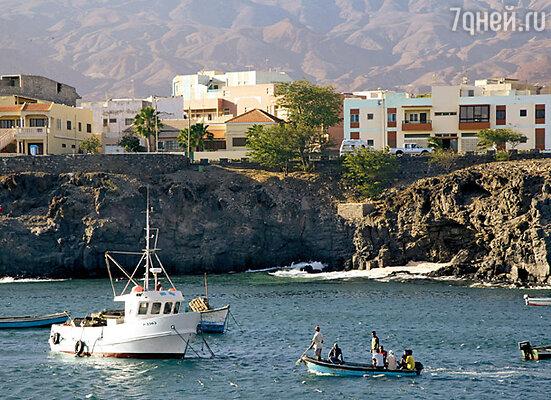 Вид на скалистый берег острова Санту-Антан