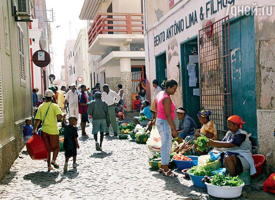 На узких улочках женщины торгуют рыбой, овощами и фруктами