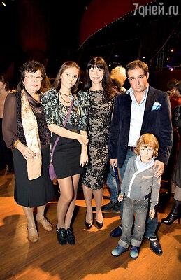 Нонна Гришаева с мужем Александром Нестеровым, детьми Настей, Ильей и мамой Маргаритой Евгеньевной