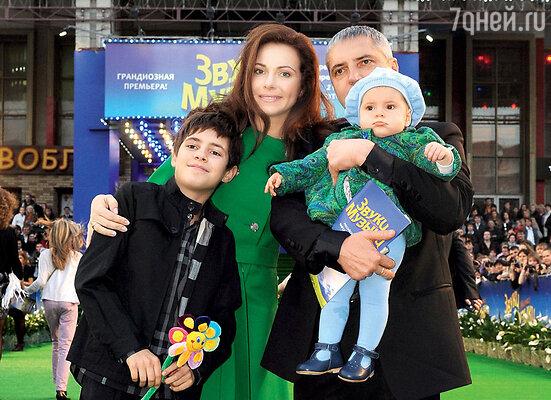 Екатерина Гусева с мужем Владимиром Абашкиным, сыном Алексеем и дочерью Аней на звездной дорожке в честь премьеры мюзикла