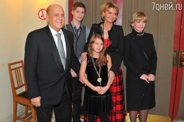 Владимир Меньшов и Вера Алентова с дочкой Юлией Меньшовой и внуками Андреем и Таисией
