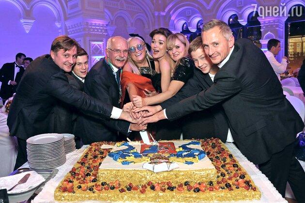 Никита Михалков с женой, детьми и внуками