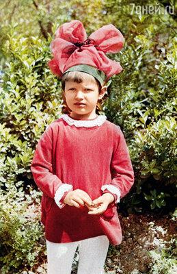 Уже в детстве я стремилась быть не такой, как все. Любила шикарные банты, которые завязывала мне бабушка