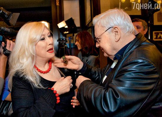 Худрук МХТ вручает Ирине Мирошниченко «чеховскую» медаль