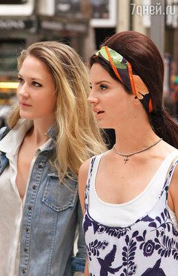 Личный стилист переделал лицо Ланы — в губы накачали силикон, так что верхняя нависла над нижней. Лана с сестрой Чак (слева) — когда-то она была на нее похожа