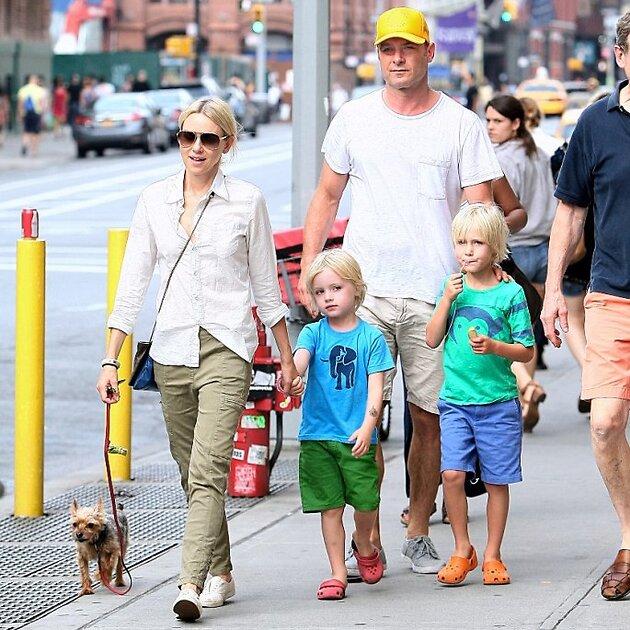 Наоми Уоттс с Ливом Шрайбером и их сыновьями