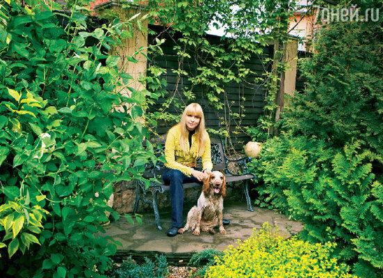 Певица Варвара со спаниелем Кузей в своем саду