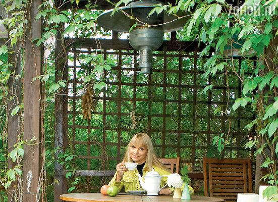 В этой беседке, выстроенной в японском стиле, певица любит проводить время за чашечкой чая