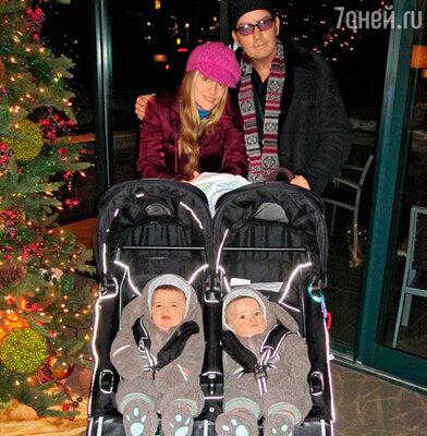 Чарли Шин с женой Брук и сыновьями Бобом и Максом