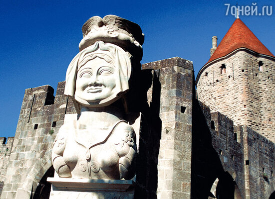 Перед входом в город жители непременно кланяются покровительнице города Даме Каркас — женщине, в одиночку удержавшей 200-тысячную армию Карла Великого