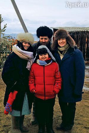 Марина Александрова, Котэ Толордава, Володя Войтюк и Сергей Безруков на съемках фильма «Один не дома»