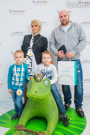Ксения Новикова с мужем и сыновьями