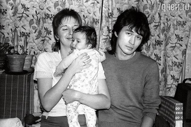 Виктор Цой с женой Марьяной и сыном Сашей