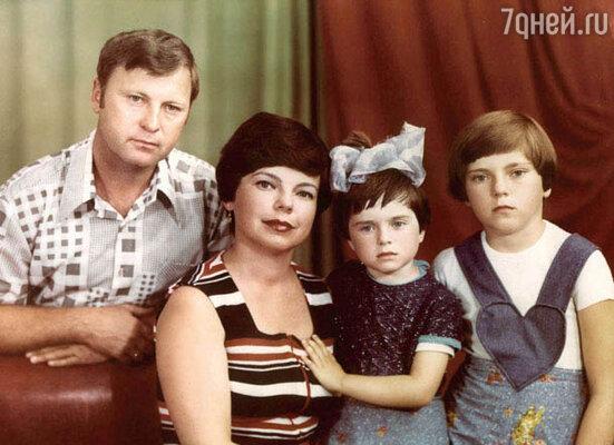 Наташа с родителями и старшей сестрой Русей