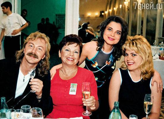 Николаеву пришлось оазвестись, чтобы стать полноправным членом семьи Королевой. (на фото Игорь, Наташа, ее мама и сестра)