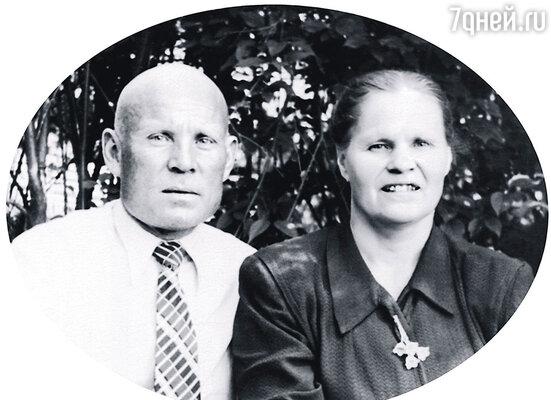 Я считаю себя «дитем Победы» — родился ровно через 9 месяцев после того, как закончилась Великая Отечественная. Видимо, отец с матерью очень радостно отмечали этот день...  Родители Владимира Гостюхина, 1956 г.