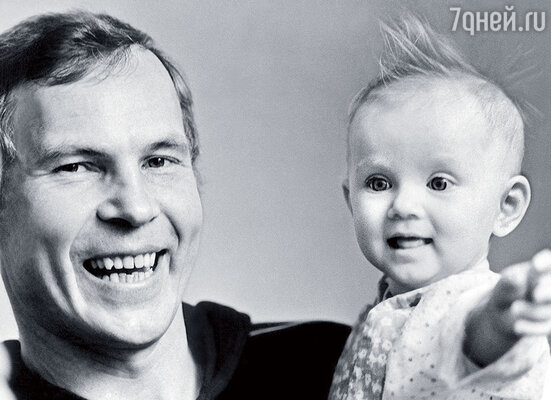 Когда я возвращался с гастролей — нянчился с ребенком, стирал пеленки... С дочкой Ритой, 1984 г.