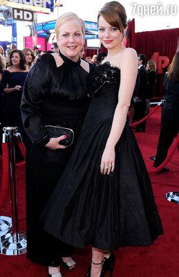 В 2012 году Эмму впервые пригласили на «оскаровскую» церемонию в качестве одной из ведущих (с матерью Кристой. Лос-Анджелес. 2012 г.)