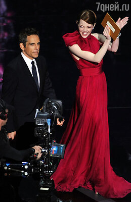 Бен Стиллер прямо на сцене выразил Эмме свое восхищение и признал, что юная актриса «украла» у него шоу. Лос-Анджелес, 2012 г.