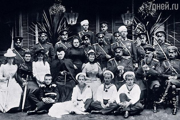 Александр III (третий справа во втором ряду) с семьей. На заднем плане в папахе Сергей Михайлович, в третьем ряду в центре будущий царь Николай II, второй справа в первом ряду — племянник царя и будущий муж Кшесинской Андрей Владимирович