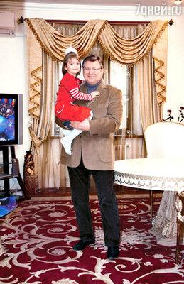 С внучкой Ариной в загородном доме в Переделкино
