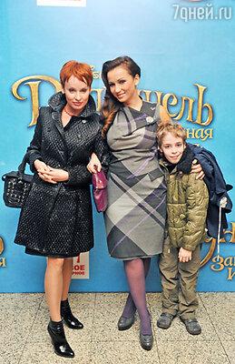 Жанна Эппле с сыном и  Анфиса Чехова