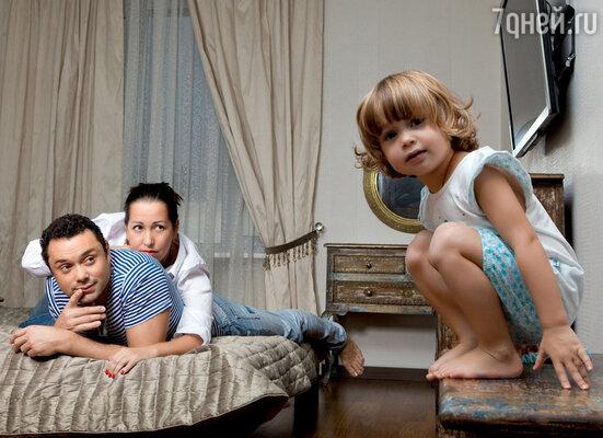 «Наверное, надо сделать в детской комнате уголок в девчачьем стиле. Хотя пока дочка у нас — пацанка»