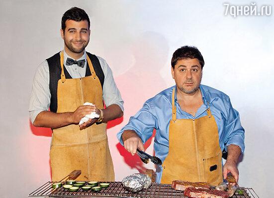 Иван Ургант и Александр Цекало приготовили на горячее стейки из отборной телятины