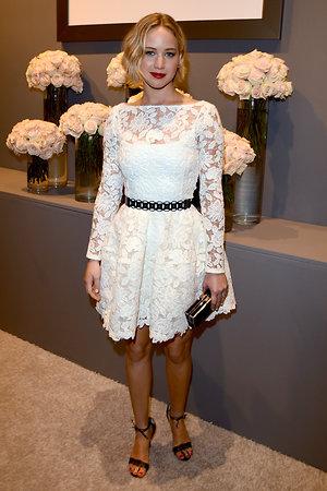 Дженнифер Лоуренс в платье от Oscar de la Renta, с клатчем от Rodo и босоножках от Christian Louboutin