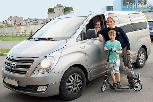 Иван Охлобыстин с женой Оксаной и сыном