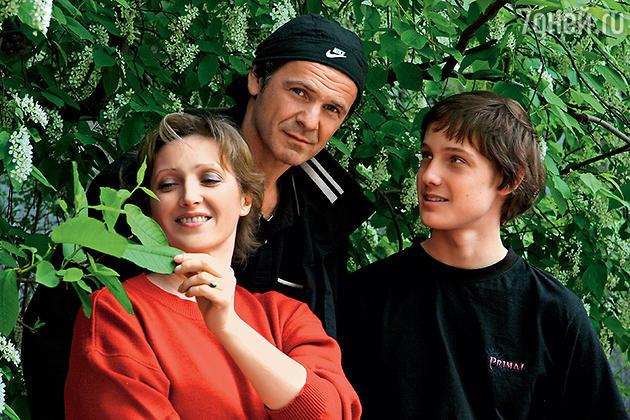 Александра Равенских с сыном и мужем