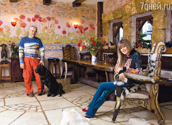 Весь дизайн — мебель, витражи, отделку и роспись стен — придумал муж певицы художник Вадим Цыганов