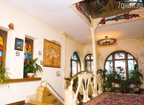 Розовая комната с каменной лестницей а-ля Гауди, витражами и росписями по мотивам работ Альфонса Мухи
