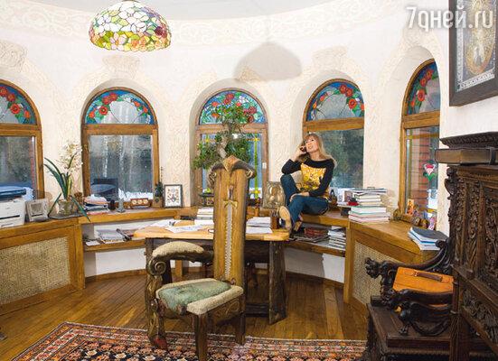 В кабинете хозяина есть и авторские витражи, и собственноручно сделанная мебель (в центре кресло «Рыба-меч»). Но акцент сделан на антикварные вещи — персидский ковер, фламандскую мебель XVII века