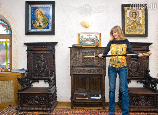 В коллекции оружия есть и палаши, и мечи, и сабли. На стенах кабинета — вышитые бисером и жемчугом иконы