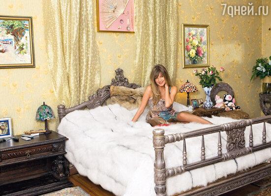 Вадим решил, что для спальни лучше всего подойдет посеребренная индийская мебель «от махараджей», а Вика дополнила интерьер покрывалом из полярной лисы