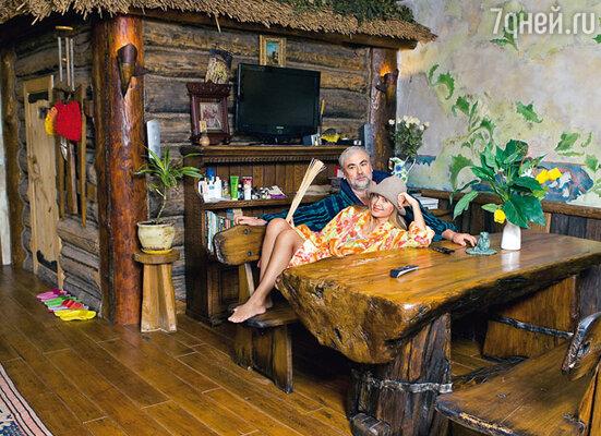 Избушка внутри дома — это русская баня. Париться супруги готовы хоть каждый день