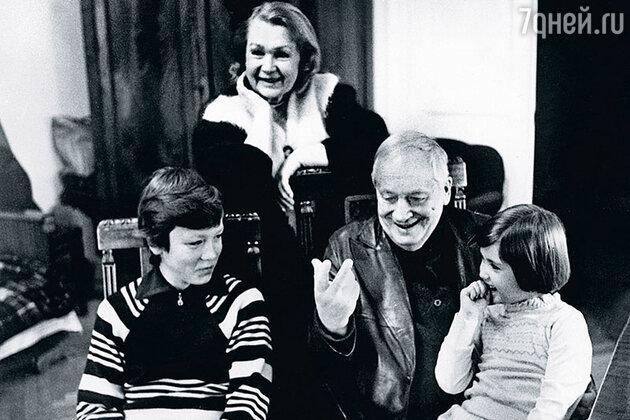 Нина Архипова и Георгий Менглет с внуками — Лешей и Катей