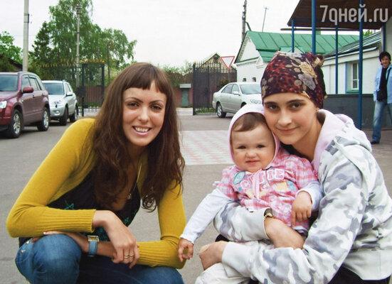 Как-то в церкви я познакомилась и с Сашиной приемной дочерью Кирой. Нелли с маленькой Женей и Кирой