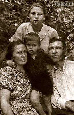 Я с Вовочкой у родителей Тихонова в Павловском Посаде