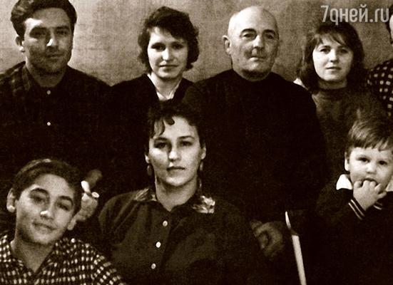 Слева направо в верхнем ряду: мой брат Геннадий, его жена Валентина, отец — Виктор Константинович, я, мой муж Петр Катаев и свекровь Валентина Леонтьевна; в нижнем ряду: племянник Володя, Нонна, мой сын Женя