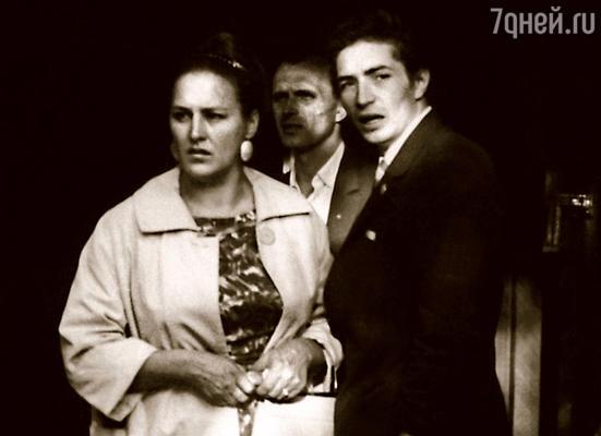 В Нонну влюбился актер Юра Каморный. Но сестра не принимала его ухаживаний, он был ненамного старше ее сына и внешне очень походил на Володю…