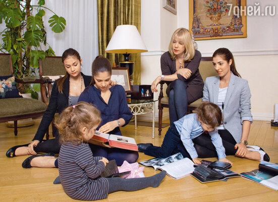 Вера с дочерьми и внуками— Полиной (дочкой Анны) и Кириллом (сыном Маши)