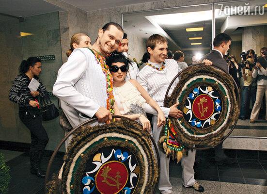 Диана Гурцкая со своим танцевальным коллективом