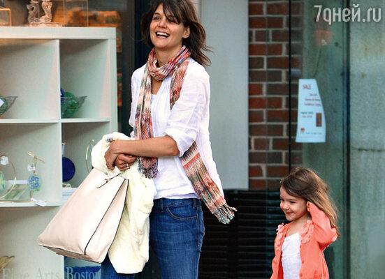 Шопинг доставляет Кэти Холмс и ее дочери Сури удовольствие