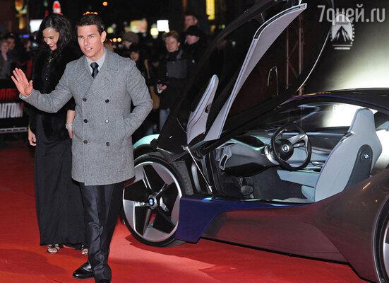 Том вместе с Полой Пэттон прибыл на красную ковровую дорожку на роскошном автомобиле BMW «Vision»